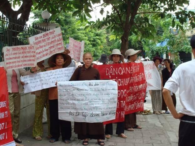 Hình Sư Bình đi đầu xuống đường biểu tình trên đường đi đón đại biểu quốc hội đi dự họp.