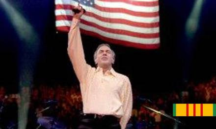 "Neil Diamond sings ""America"" for Vietnam Veterans at Welcome Home concert"