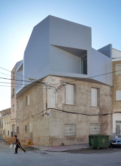 Modern_apartment_building_on_traditional-02