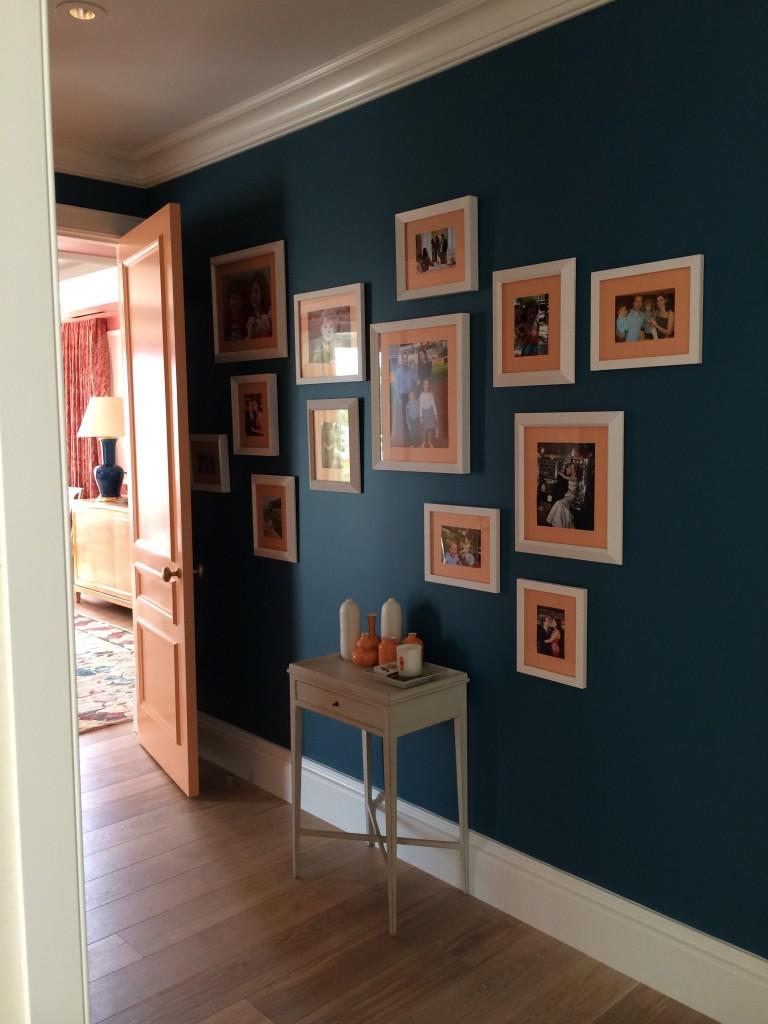 Ένας τοίχος με σκούρο χρώμα δημιουργεί την τέλεια αντίθεση για να κρεμάσετε έργα τέχνης ή φωτογραφίες.