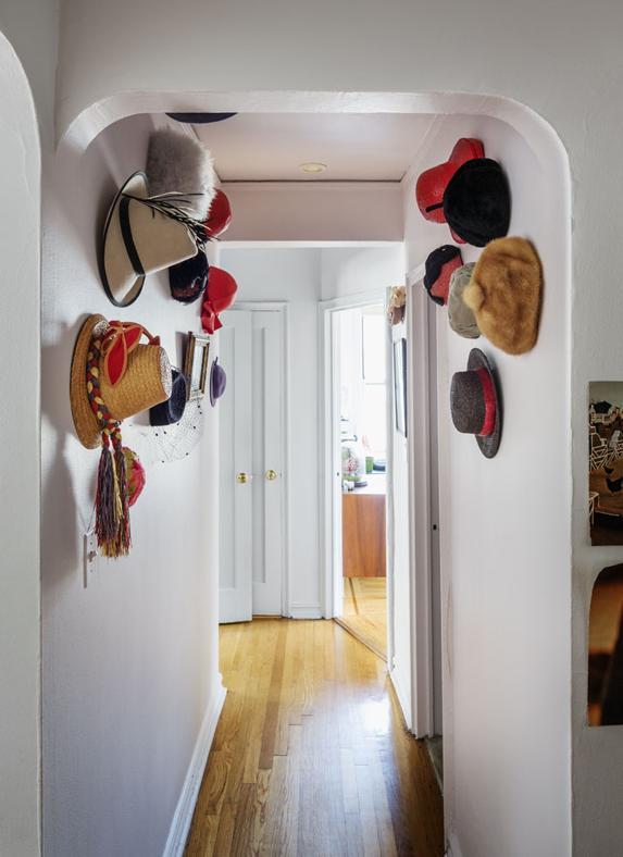 Ένας μακρύς και στενός διάδρομος μπορεί νε γίνει ιδανικός για μια συλλογή. Ίσως αυτή η συλλογή να είναι από καπέλα, κάτι που θα σας βοηθήσει να εξοικονομήσετε χώρο στην ντουλάπα.