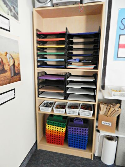 Tour of an Elementary School Art Classroom: Organizing everything makes such a difference in an art classroom! // www.viewfromtheairport.com
