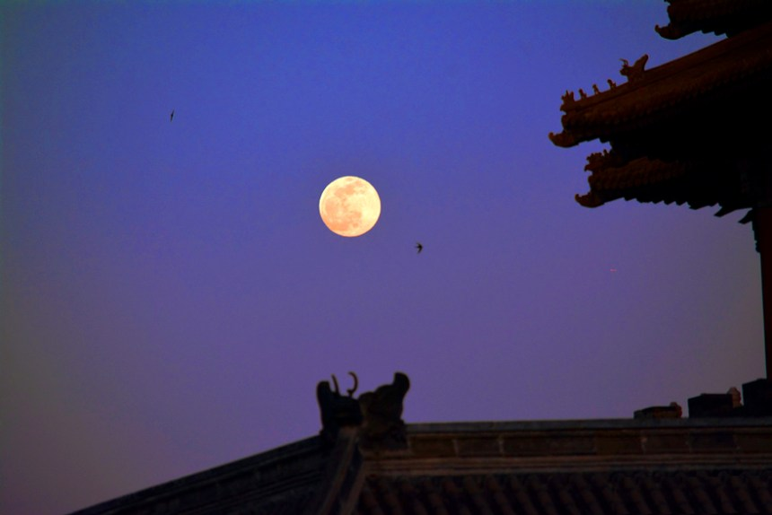 Full moon night over Forbidden City - Travelling alone