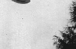 Maquete fotografada em situação similar ao OVNI da Barra da Tijuca