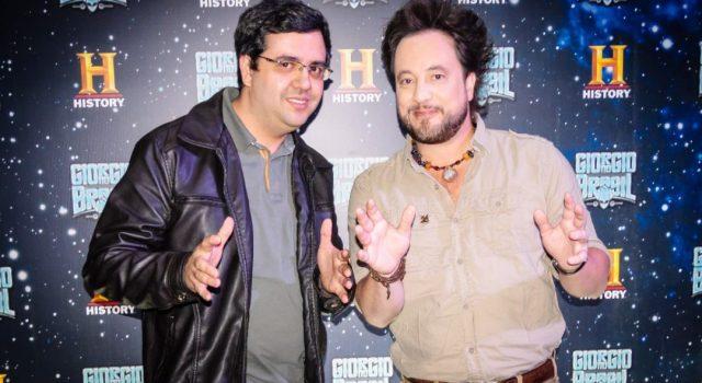 """À esquerda: Josef Prado (Portal Burn) entrevistou Giorgio Tsoukalos, apresentador de """"Alienígenas do Passado). Foto: cortesia Portal Burn"""