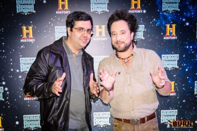 À esquerda: Josef Prado (Portal Burn) entrevistou Giorgio Tsoukalos, apresentador de