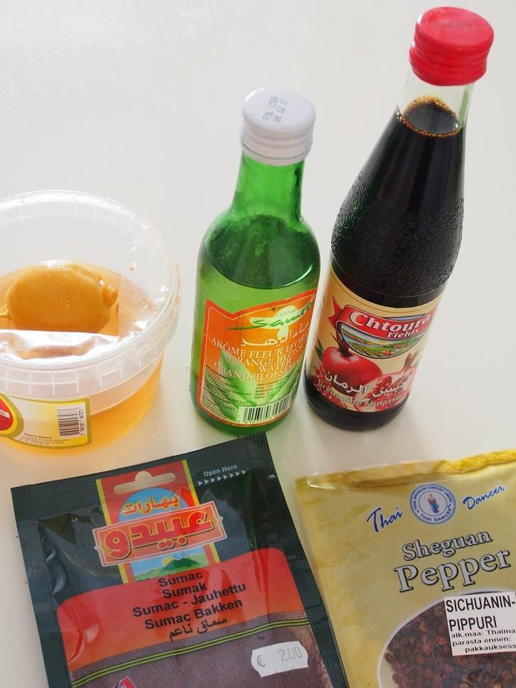 säilötty sitruuna, appelsiininkukkavesi, granaattiomenamelassia, sumakkia ja sichuaninpippuria