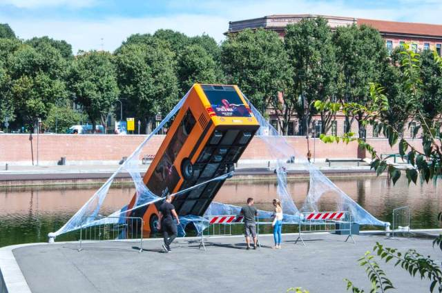 Spider-man salva un autobus a Milano 3