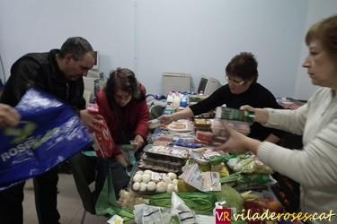 Voluntaris de FADIR repartint aliments