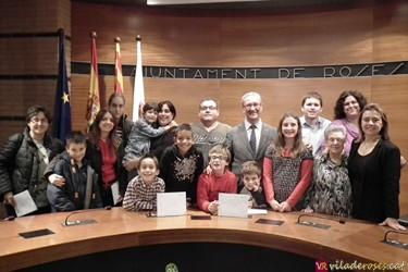 Foto familia del guardonats amb les autoritats polítiques de Roses