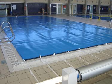 La piscina petita amb la manta tèrmica