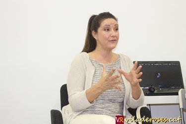La psicoterapeuta Michelle Sánchez durant la xerrada sobre la meditació