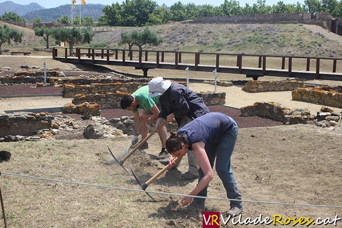 Excavacions a la necropòlis de la Ciutadella de Roses