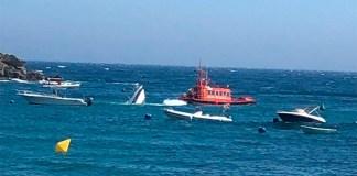 S'enfonsa un vaixell a la platja de l'Almadrava de Roses