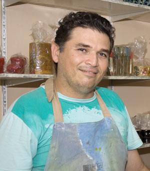 Eduardo Balbino, ceramista paraibano especializado em cerâmica engobada