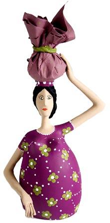 Nordestina com saco de roupas na cabeça, peça em cabaça de Adriano Oliveira