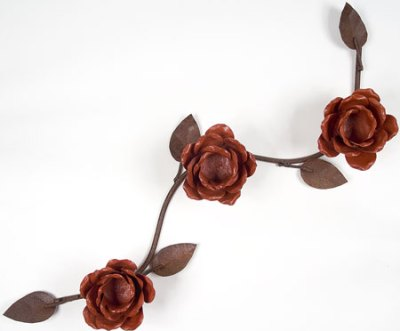Castiçal de mesa com rosas, em ferro
