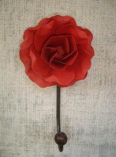 Cabideiro com uma rosa em metal, tão gracioso!!!