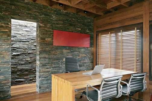 Painel de parede em madeira rústica de demolição