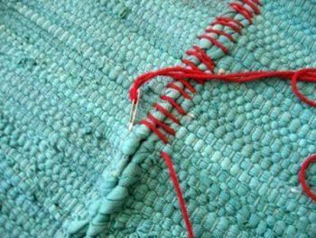 Depois você alinha os jogos e costura com um fio grosso de algodão
