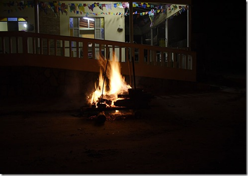 A casa decorada e a fogueira de São João