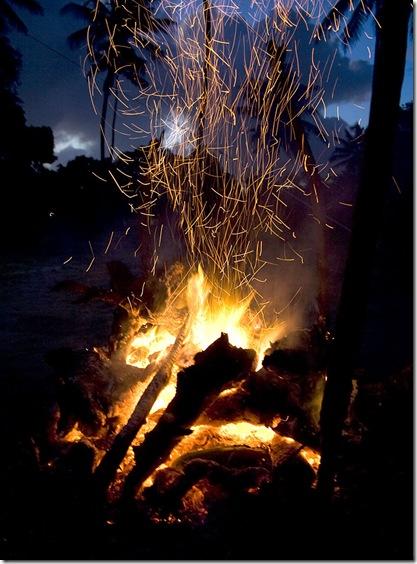 Ao cair da tarde acende-se a fogueira para São João