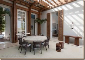 Sala com pergolado de madeira