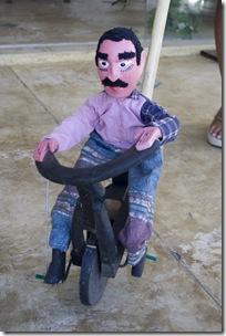 O ciclista do Miro, artesão de brinquedos populares