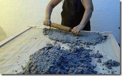 Abra a massa do papel mache antes de começar a trabalhar