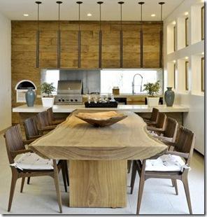 Painel de madeira combina com mesa rústica e ambiente clean.