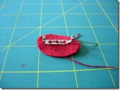 Faça a base do broche com o feltro e o alfinete