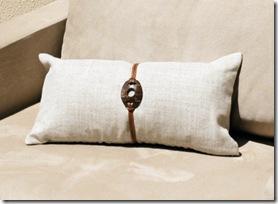 Almofada de linho com detalhe de casca de coco