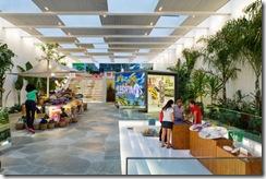 O primeiro andar da loja Havaianas lembra as feiras