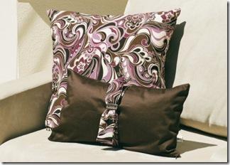 Essas almofadas combinam estampas e detalhe de laco