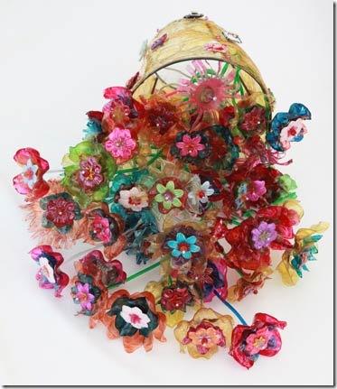 Flores feitas de pet criação de Laila Assef