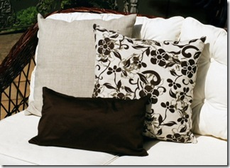 Jogo de almofadas num composee de tecidos e tamanhos