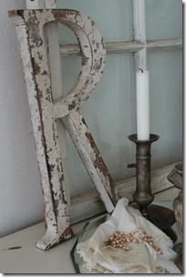 Letra recortada na madeira pintada com pátina