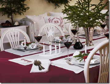 Mesa para a ceia decorada com ramos verdes