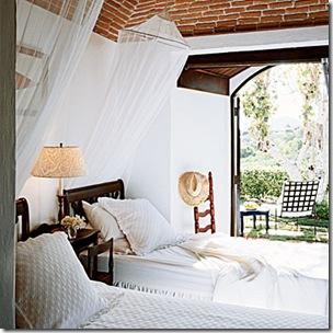 Os mosquiteiros lado a laod nas camas de solteiro