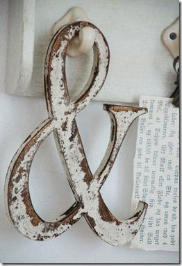 Símbolo & em madeira com pátina