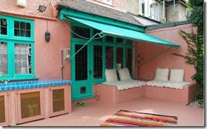 Muita cor nas paredes e no toldo que garante a sombra do jardim