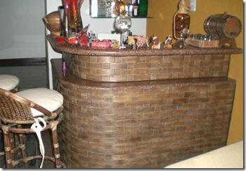 O laminado de madeira reveste o balcão do bar