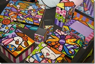 Objetos decorativos com cores vibrantes, de Karina Oliveira