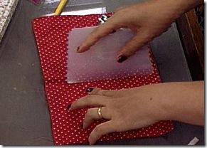 Colando o tecido usando uma espátula
