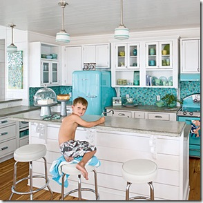 Cozinha branca com pastilhas em tons de azul, prática e perfeita para a praia.
