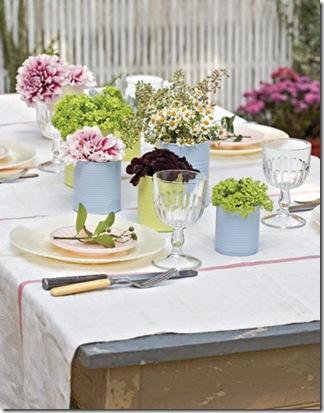 Latinhas pintadas de uma única cor compõem vasinhos charmosos para decorar a mesa