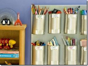 Pregadas num suporte de madeira as latas sem nenhuma cobertura organizam a mesa das crianças
