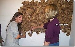 Lúcia e sua filha aplicando o revestimento
