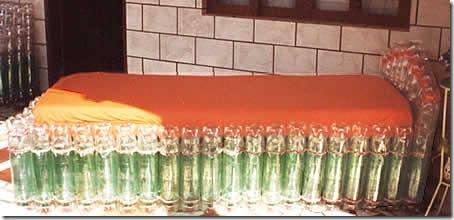 Estrutura de cama de solteiro feita com garrafas pet