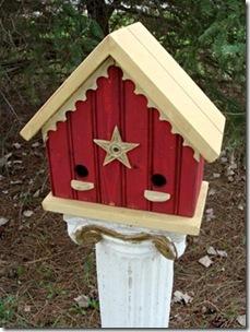 Lambris reciclados tornam-se uma linda casa de passarinho